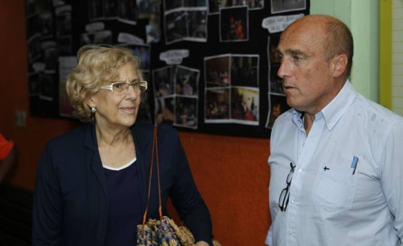 Manuela Carmena visitó Casavalle junto a Daniel Martínez. Foto: EFE.