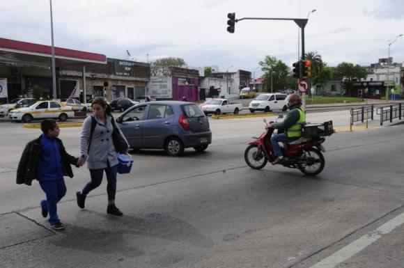 Cruzar el Corredor General Flores es peligroso. Foto: Marcelo Bonjour
