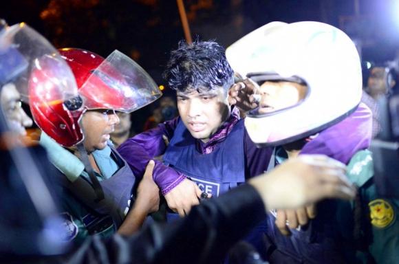 Un policía herido es retirado de la zona por sus compañeros. Foto: Reuters