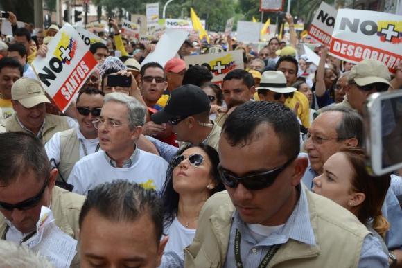 Álvaro Uribe asistió a la marcha que se llevó a cabo en Medellín. Foto: AFP.