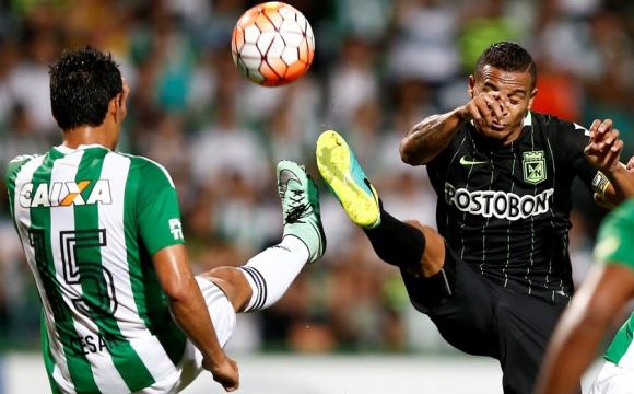 Macnelly Torres y César Benítez luchan por el balón. Foto: Reuters