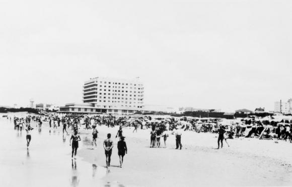 El Nogaró Solitario: en 1940 se elevaba casi solo, en una ciudad poblada por chalets de tejas coloradas.