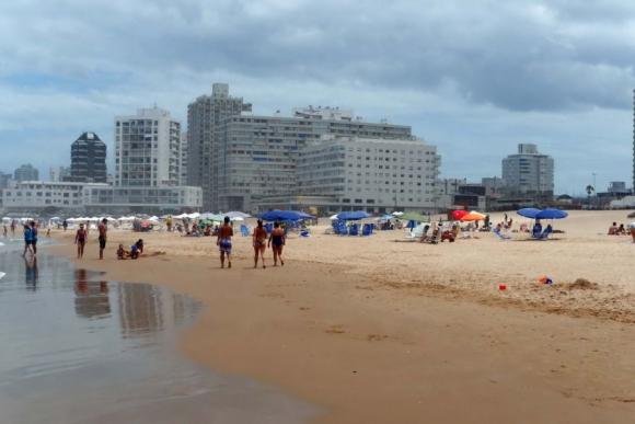 Así lucen hoy el edificio y la playa entre apartamentos, en el que destaca el Santos Dumont, del 1963.