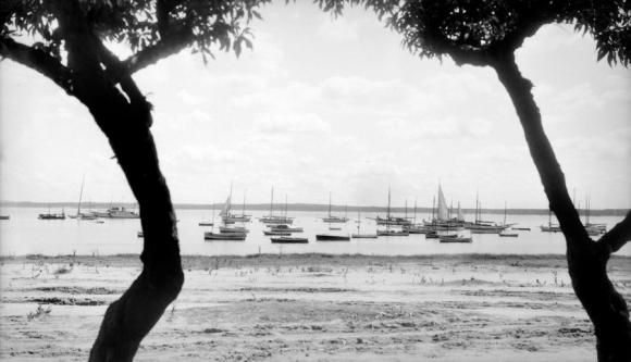La vieja Mansa en 1938, antes de la construcción de la rambla, llena de barcos de madera.