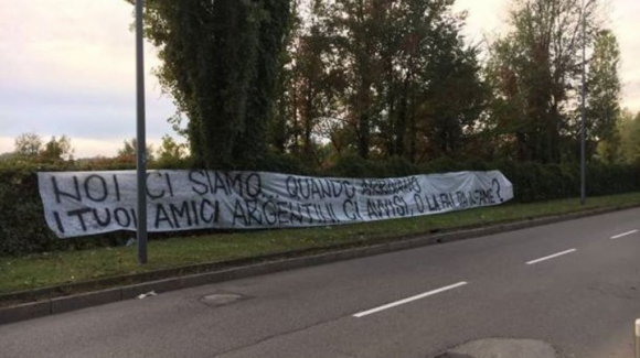La pancarta frente a la casa del delantero, Mauro Icardi. Foto: @minutounocom