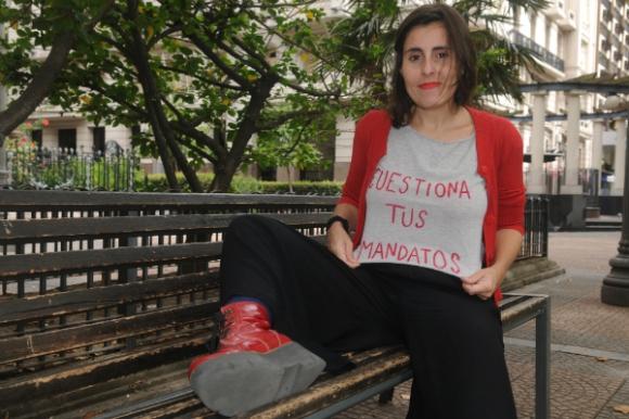 A Laura Falero le gusta cuestionar las normas sociales. Y el casamiento es una de ellas. Foto: Francisco Flores.