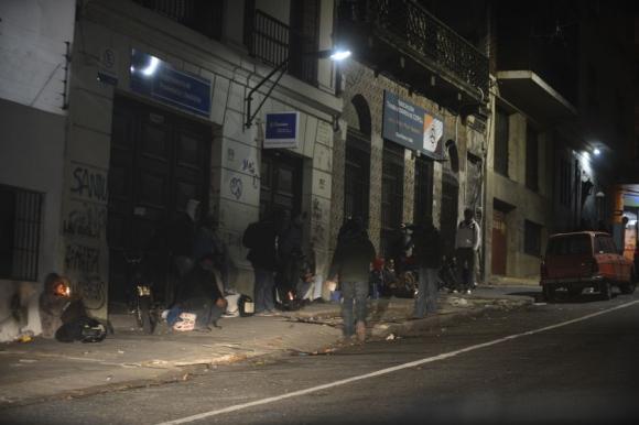 En la puerta de los refugios cada noche cientos de personas buscan su lugar. Foto: G. Pérez