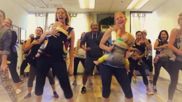 Madres en una rutina de Kanga Groove . Foto: Captura de pantalla