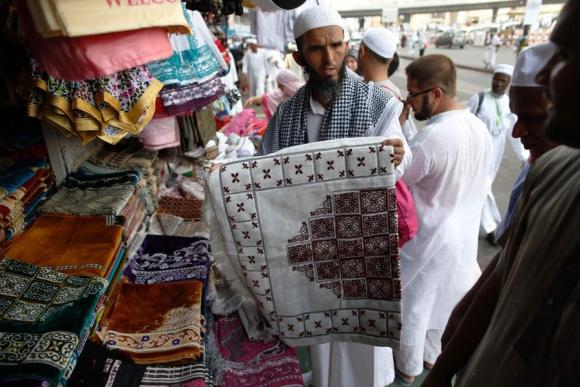 Comercio: los peregrinos esperados como potenciales clientes. Foto: AFP