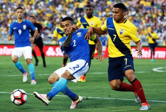 Alves y Montero en Brasil-Ecuador. Foto: Reuters.
