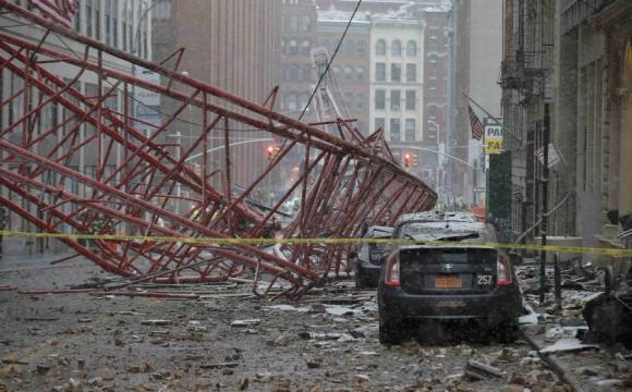 Daños hechos por la grúa que cayó en Nueva York. Foto: Reuters