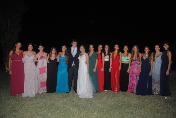 Los novios junto a las amigas de la novia.