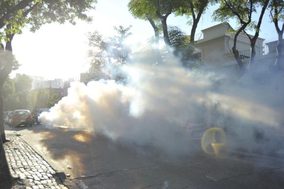 Fumigación en Pocitos contra el Aedes Aegypti. Foto: Leonardo Mainé