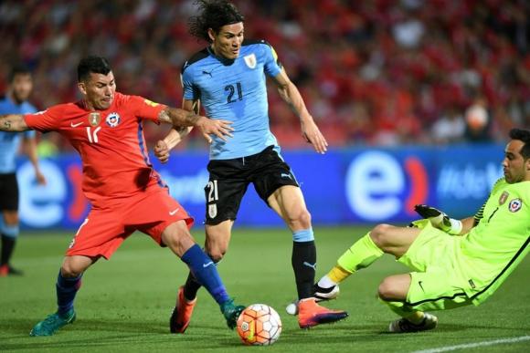 Edinson Cavani choca con Claudio Bravo y Enrique Cáceres no marcó penal. Foto: AFP