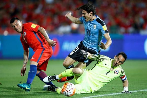 Edinson Cavani choca con Claudio Bravo y Enrique Cáceres no marcó penal. Foto: EFE