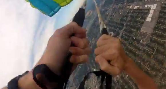 Momento en el que un paracaídas no se abre. Foto: Captura