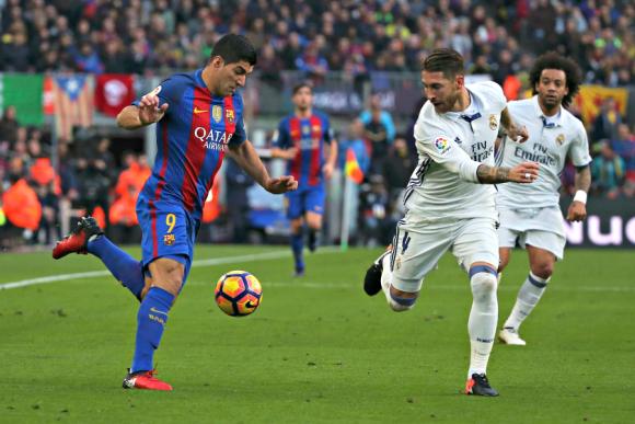Luis Suárez y Sergio Ramos durante el clásico Barcelona-Real Madrid. Foto: Reuters