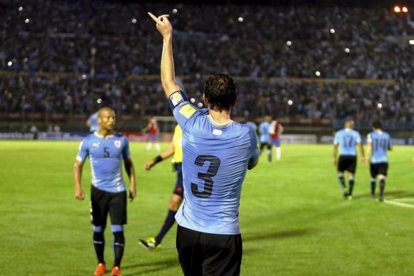 Diego Godín y el festejo de su gol a Chile. Foto: Reuters