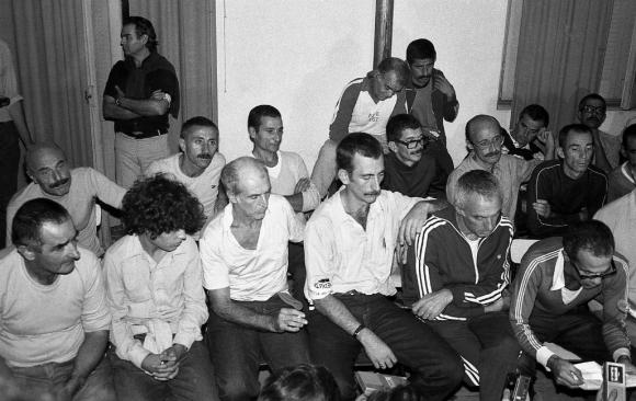 El día de su liberación el 14 de marzo de 1985. Fernández Huidobro con Mujica, Marenales, Rosencof y Zabalza entre otros. Foto: Archivo El País