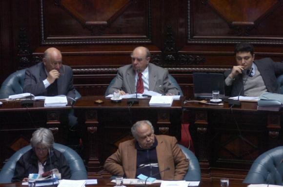Como senador junto a José Mujica, Lucía Topolansky, Julio María Sanguinetti e Isaac Aflie en 2006. Foto: Archivo El  País