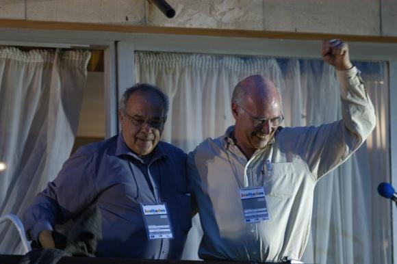 Eleuterio Fernández Huidobro  y Enrique Rubio el día que Tabaré Vázquez fue electo presidente. Foto: Archivo El País