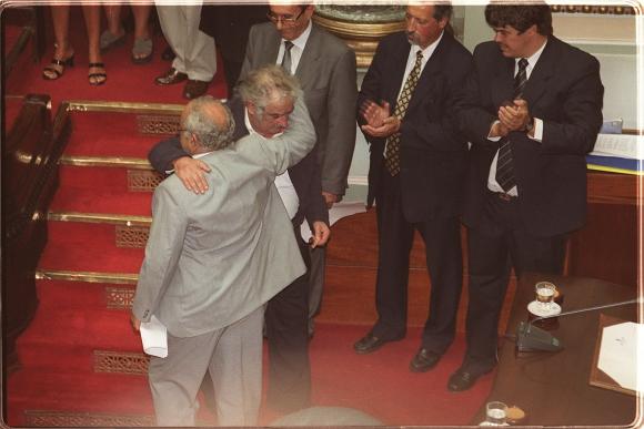 José Mujica toma juramento a Eleuterio Fernández Huidobro en 2005. Foto: Archivo El País