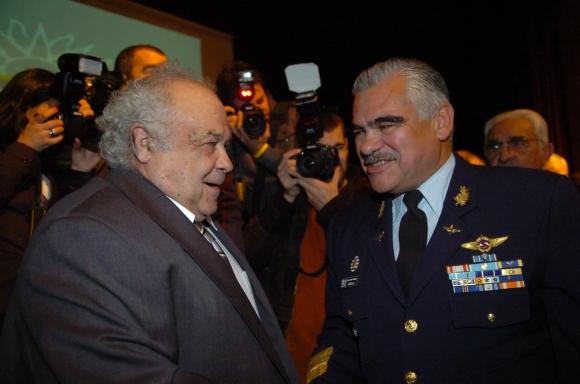 Eleuterio Fernández Huidobro y Jose Bonilla en la asunción de Fernández Huidobro como Ministro de Defensa en 2011 Foto: Archivo El País