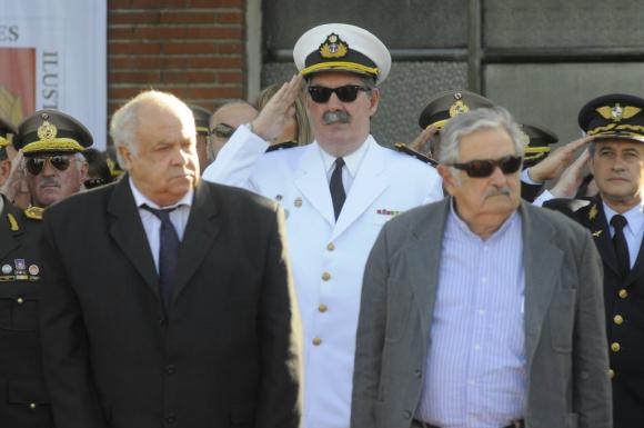 Acto por fin de cursos y graduación de cadetes en la Escuela Militar de Toledo junto a Ricardo Giambruno y Jose Mujica Foto. Archivo El País
