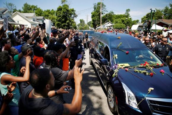Miles de personas asistieron al cortejo fúnebre de Mohamed Ali. Foto: Reuters