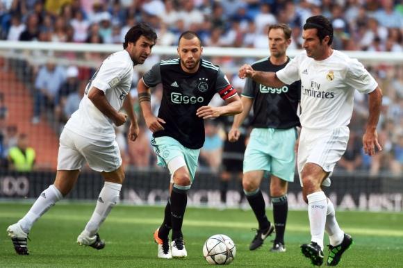Raúl y Figo ante Heitinga y De Boer. Foto: AFP.