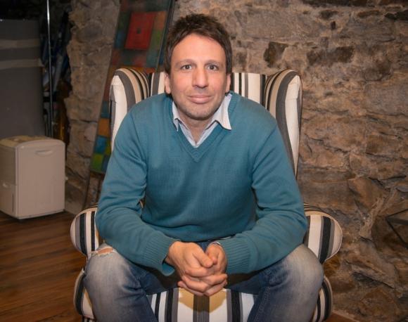 """<b>Federico Lemos, el director. </b><i>Márama-Rombai: el viaje</i> fue dirigida por Federico Lemos, quien estuvo al frente de documentales como <i>Gonchi, Jugadores con patente</i> y <i>DF10</i>. Define que el film sobre las bandas busca """"entender el proceso: cómo empezó, cómo sigue y cómo va a terminar Márama-Rombai"""".Foto: Julmart Bueno"""