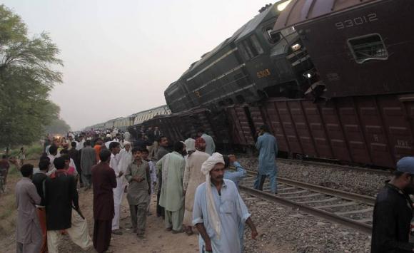 Tragedia en Pakistán tras choque de trenes. Foto: AFP.