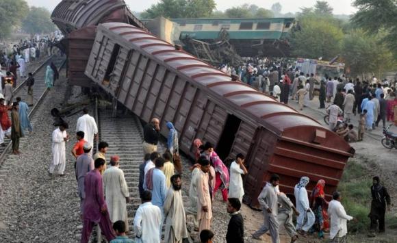 Tragedia en Pakistán tras choque de trenes. Foto: Reuters.