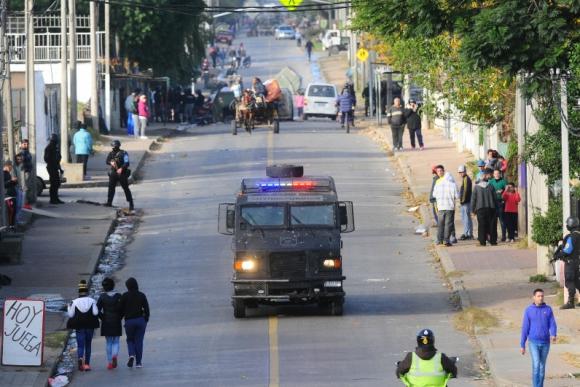 Operativo policial por disturbios en el barrio Marconi. Foto: Marcelo Bonjour.