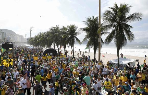 Manifestantes brasileños marcharon en contra de la corrupción. Foto: Reuters