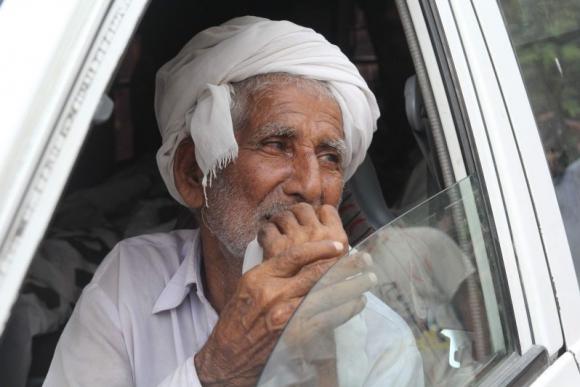 El padre de Qandeel Baloch llora en el funeral de su hija. Foto: AFP.
