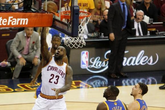 Los Cleveland Cavaliers en la tercera final ante Golden State Warriors. Foto: EFE