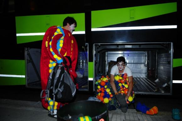 La Clave se cambia al lado de su amigo de todos los días: el ómnibus (Foto: Fernando Ponzetto)
