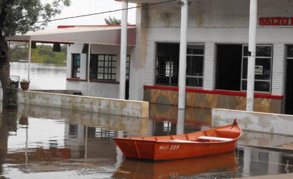 El nivel del río Uruguay superó los 12,10 metros en Salto. Foto: Luis Pérez.