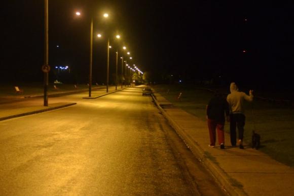 Una pareja se dirige a su casa por avenida Emilio Frugoni. Foto: Víctor Rodríguez.