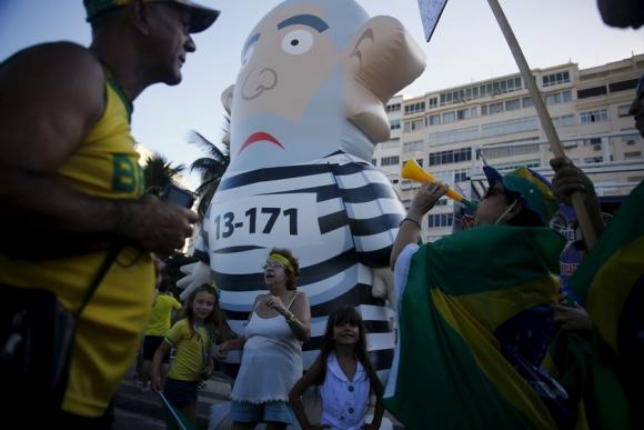 Ciudadanos se movilizan contra el gobierno con muñeco inflable que representa a Lula. Foto: Reuters