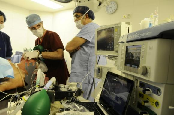 En la sala de operaciones, anestesistas y cirujanos forman un binomio inseparable.