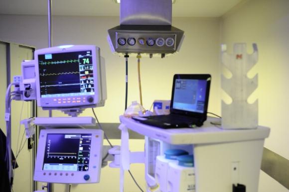 Durante la operación, toda la actividad del organismo del paciente se sigue a través de los monitores de control.