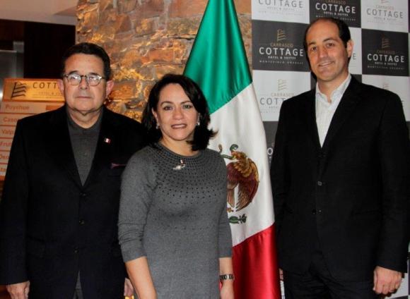 8713: Embajador de México Francisco Arroyo, Erika Arroyo y Gilberto Echeverry.