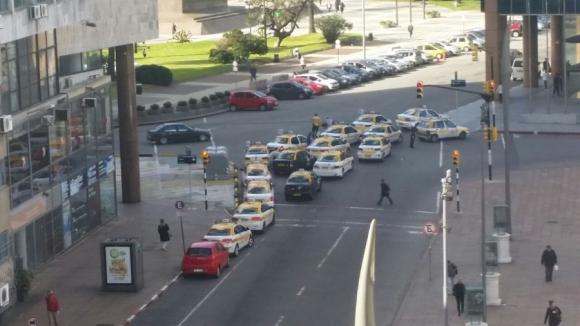 Movilización de taxistas en Plaza Independencia. Foto: El País.