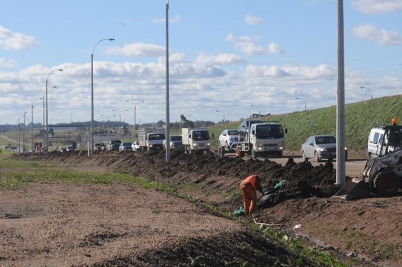 Con la obra civil sin terminar, ayer había un grupo de operarios llevando cables. Foto: F. Flores