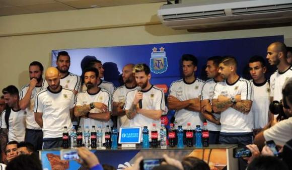 Lionel Messi hablando en conferencia de prensa respaldado por todos sus compañeros. Foto: Olé