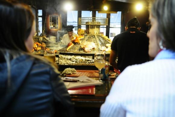 El color, el sabor y el aroma atraen a los extranjeros en el Mercado del Puerto (Foto: Marcelo Bonjour)