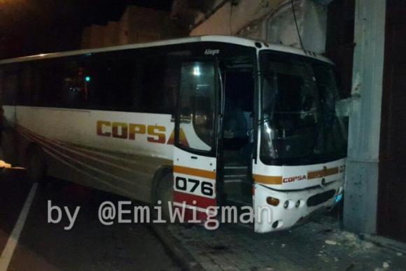 Un ómnibus chocó mientras su conductor era rapiñado. Foto: Emiliano Wigman / Radio Monte Carlo.