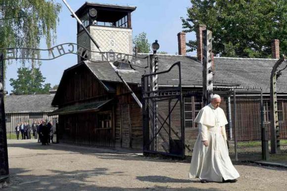 Papa Francisco en Auschwitz. Foto: AFP.